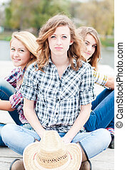 sittande, flickor, tre, tillsammans, utomhus, lycklig