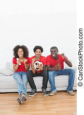 sittande, fotboll, tillsammans, couch, glädjande, fläktar
