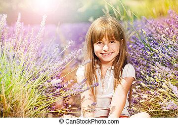 sittande, lavenderfält, flicka, lycklig, jord