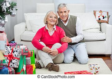 sittande, par, presenterar, senior, jul, lycklig