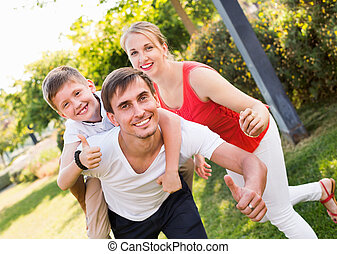 sittande, pojke, stående, glad, baksida, pappa, familj