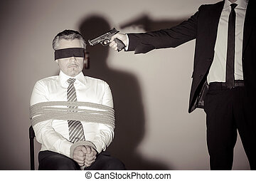 sitzen, entführer, junger, gebunden, während, formalwear, gewehr, victim., geschäftsmann, stuhl, zielen, ihm, mann