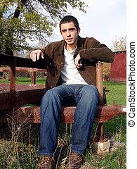 sitzen, junger mann