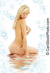 sitzen, langes haar, blond, in, wasser, mit, schneeflocken