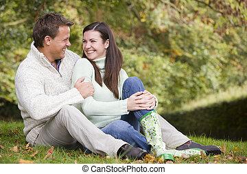 sitzen, paar, focus), draußen, umarmen, (selective, lächeln