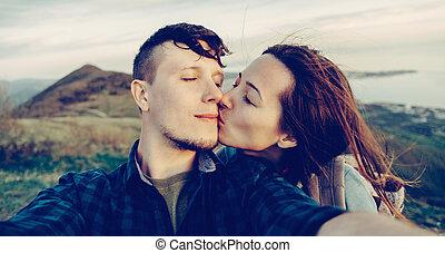 självporträtt, av, kärleksfullt par, utomhus