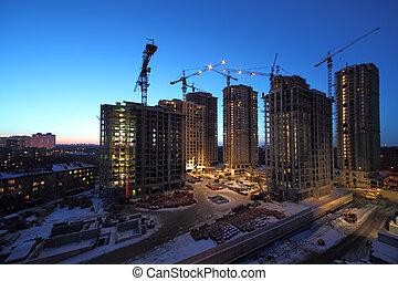 sju, hög, bebyggelse, konstruktion under, med, lyftkranar, hos, kväll