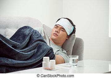 sjuk, slösat, man, lögnaktig, in, soffa, lidande, kall, och, vinter, influensa virus, ha, medicin, lertavlor, in, hälsa varsamhet, begrepp, se, temperatur, på, termometer