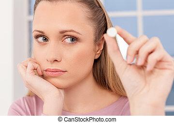 sjuk, woman., deprimerat, ung kvinna, hålla ett piller, och,...