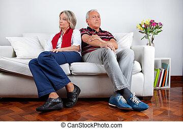 skænderi, sofa, par, efter, siddende