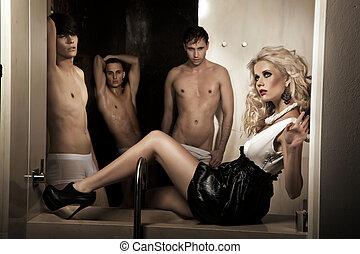 skönhet, blondin, kvinna, och, män, in, bakgrund