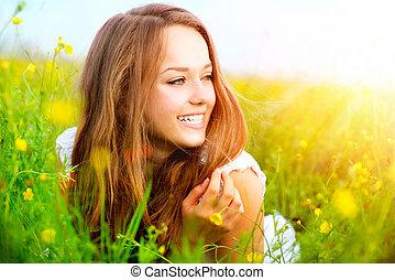 skönhet, flicka, in, den, äng, lögnaktig, på, grönt gräs,...