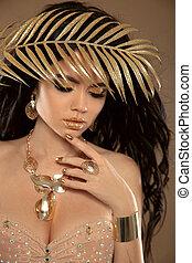skönhet, makeup., mode, tjusig flicka, brunett, stående, isolerat, över, beige, bakgrund., guld, jewelry., gyllene, manikyrera, nails., hairstyle.