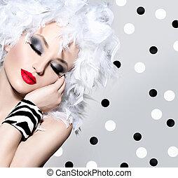skönhet, sätt modellera, flicka, med, vit, fjäderrar, frisyr