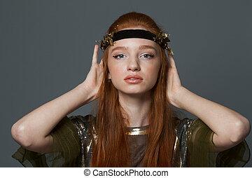 skönhet, stående, av, a, nätt, redhead, kvinna