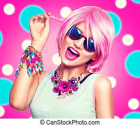 skönhet, tonårig, modell, flicka, med, rosa hår, mode, färgrik, tillbehör, och, solglasögon