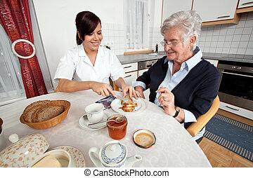 sköta, hjälper, äldre kvinna, hos, frukost