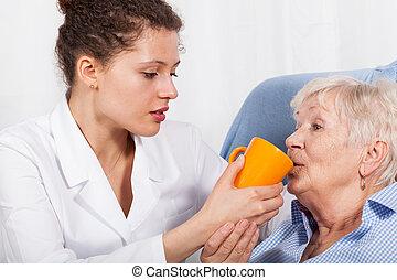 sköta, kvinna, gammal, drickande, gir