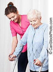 sköta, kvinna, gammal, hjälper, gå