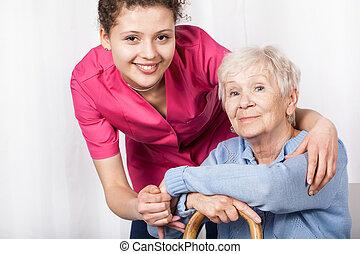 sköta, med, sittande, äldre kvinna