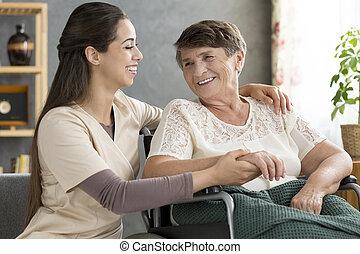sköta, stödjande, lycklig, äldre kvinna