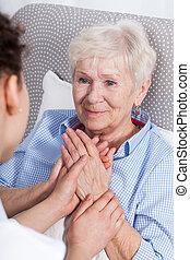 sköta, tröstande, äldre kvinna