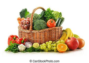 skład, z, warzywa, i, owoce, w, wiklinowy kosz, odizolowany,...