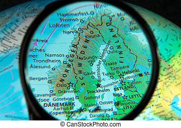 skandinavien, sett, genom, den, förstoringsglas, på, a, klot