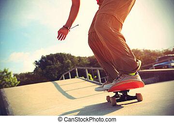 skateboarder, benen, help skateboarden, op, skatepark,...