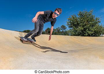 skateboarder, en, un, bomba, pista, parque