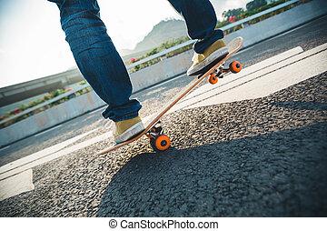 Skateboarder sakteboarding on high way