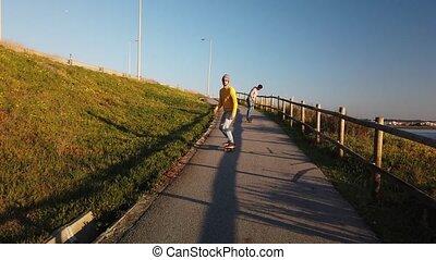 skateboarders, krążąc po morzach