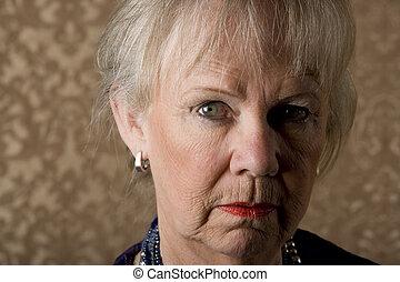 skeptical, mulher sênior