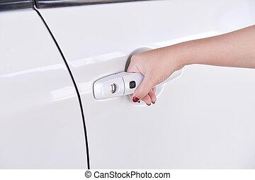 skicka vidare, handle., närbild, av, flicka, hand, öppning, a, bil dörr