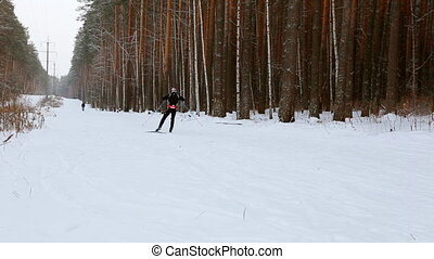 skier, bewegen, entlang, ski-track, durch, der, winter,...