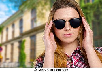 skjutit huvud, av, kvinna, bärande solglasögoner