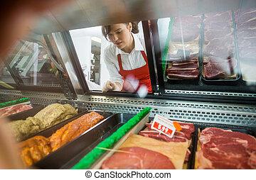 sklep, ekspedientka, mięso, rozmaitość, pokazany, patrząc