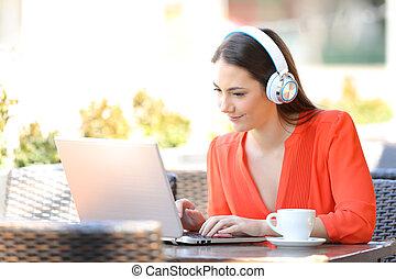 sklep, kawa, kobieta, laptop, słuchawki, używając