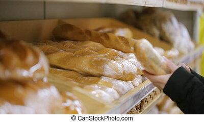 sklep, kobieta, wybierając, bread