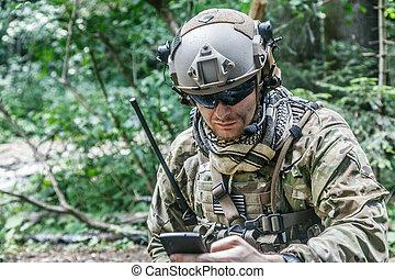 skogvaktare, med, den, mobiltelefon