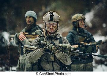 skogvaktare, står, med, vapen, och, ser, framfusig