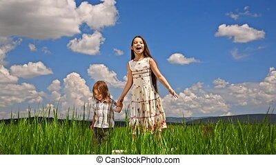 skokowy, dziewczyna, chłopiec, zielone pole