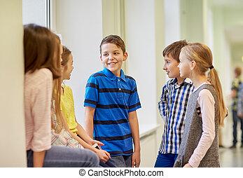 skola skämtar, grupp, talande, korridor, le