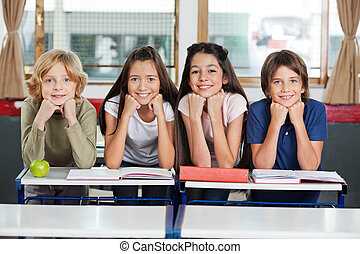 skolbarn, böjelse, på skrivbordet, tillsammans