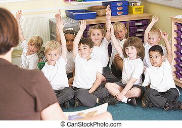 skolbarn, lyfta, deras, hand, in, a, primär, klassificera