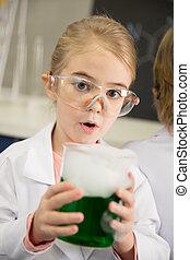 skolflicka, in, skyddande skyddsglasögon, holdingen, kolv, med, kemisk, prov