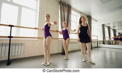 skoncentrowany, balet, nauka, taniec, pozycje, concept., ludzie, dziewczyny, im, dzieciństwo, porcja, szkoła, pan, postures., podstawowy, troskliwy, nauczyciel, trudny