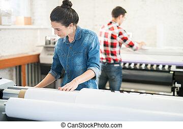 skoncentrowany, druk, kobieta, biuro, pracujący