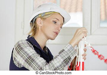 skoncentrowany, kobieta, budowniczy, młody