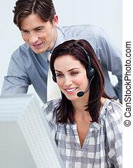skoncentrowany, koledzy, komputer, razem, pracujący